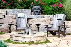 Stühle und Feuergrube Adirondack Lizenzfreie Stockfotografie