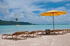 Stühle und Regenschirm auf dem Strand in Bora Bora Lizenzfreie Stockfotos