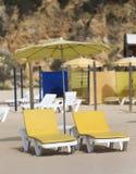 Stühle und Regenschirme und Strand Lizenzfreie Stockfotografie