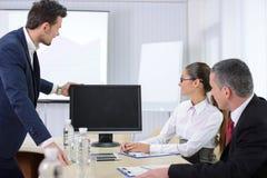 Stühle und Schreibtisch getrennt über Weiß Lizenzfreie Stockbilder