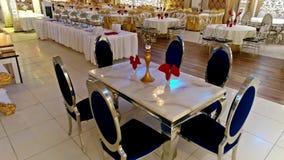 Stühle und Tabelle in der pakistanischen Heirats-Zeremonie Arrangments stock footage