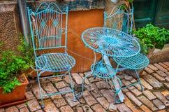 Stühle und Tabelle in der Straße Lizenzfreie Stockfotografie