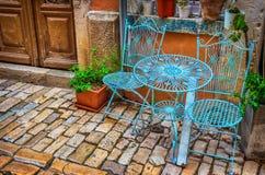 Stühle und Tabelle in der Straße Stockbild