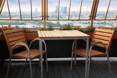 Stühle und Tabelle an der Terrasse in der Gaststätte Stockbilder