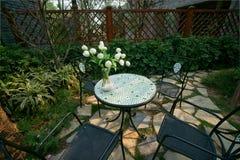 Stühle und Tabelle im Hinterhof Lizenzfreie Stockbilder