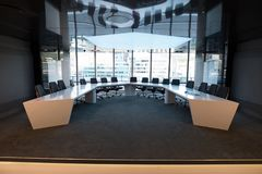 Stühle und Tabelle im Sitzungssaal Stockfotos