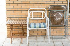 Stühle und Tabelle vor einer Backsteinmauer Lizenzfreies Stockfoto
