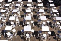 Stühle und Tabellen stockbilder