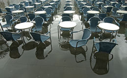 Stühle und Tabellen Stockfotos