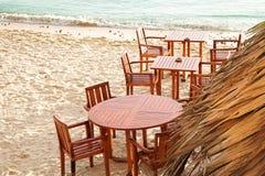 Stühle und Tabellen auf Strand lizenzfreie stockbilder