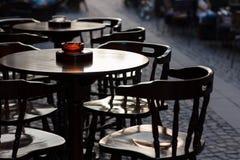 Stühle und Tabellen auf Terrasse Lizenzfreie Stockfotos