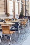 Stühle und Tabellen auf Terrasse Stockbilder