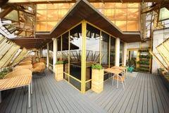 Stühle und Tabellen an der Terrasse in der leeren Gaststätte Stockfoto