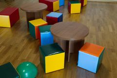 Stühle und Tabellen in einem Spielplatz Lizenzfreies Stockfoto