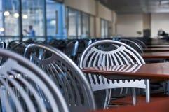 Stühle und Tabellen im Fastfoodkaffee lizenzfreies stockbild