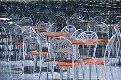 Stühle und Tabellen im Fastfoodkaffee stockbilder