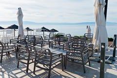 Stühle und Tabellen mit schöner Seeansicht Lizenzfreie Stockbilder
