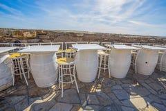 Stühle und weiße Tabellen gemacht von den Weinfässern, ein Restaurant im Freien stockbild
