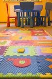 Stühle und Zeichen im Kindergarten Stockfotos