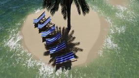 Stühle unter einem Regenschirm am Strand durch sonnigen Tag und Palmen Lizenzfreies Stockfoto