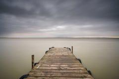 Stürmen Sie über Albufera mit hölzernem Pier, Valencia Lizenzfreie Stockfotos