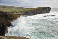 Stürmen Sie über Yesnaby; Orkney Lizenzfreie Stockbilder