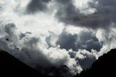 Stürmen Sie Überschrift in die Berge Lizenzfreie Stockfotos