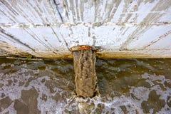 Stürmen Sie Abfluss-Ausfluß des Regenwassers, Wasserentwässerung Schmutzwasser entladen in Draufsicht des Flusses Lizenzfreie Stockbilder