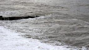 Stürmen Sie auf dem Schwarzen Meer Schmutzwasser und große Wellen stock footage