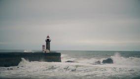 Stürmen Sie auf der Atlantikküste nahe dem alten Leuchtturm, Porto, Portugal stock video footage