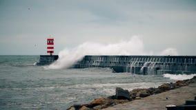 Stürmen Sie auf der Atlantikküste nahe dem neuen Leuchtturm, Porto, Portugal stock footage