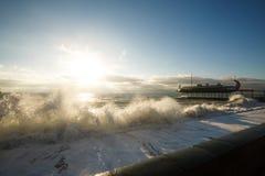 Stürmen Sie an der See- und Dammstraße von Jalta-Stadt in Krim morgens auf 24 10 2016 Große Wellen und Gezeitenwäsche Stockfotografie