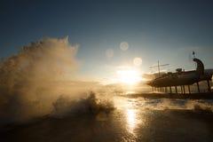 Stürmen Sie an der See- und Dammstraße von Jalta-Stadt in Krim morgens auf 24 10 2016 Große Wellen und Gezeitenwäsche Stockbilder