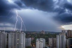 Stürmen Sie in der Stadt Sao Jose Dos Campos, Sao Paulo, Brasilien, mit Bolzen und Regen im Hintergrund Stockfotografie
