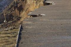 Stürmen Sie 14. Februar Schaden 2014, die Löcher, die aus dem asphal Asphalt heraus abgemessen werden Lizenzfreie Stockfotografie