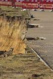 Stürmen Sie 14. Februar Schaden 2014, die Löcher, die aus dem asphal Asphalt heraus abgemessen werden Lizenzfreies Stockbild