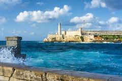 Stürmen Sie in Havana mit einer Ansicht von EL Morro stockfotografie
