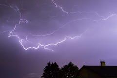 Stürmen Sie mit Blitzen, einem Haus und Bäumen Lizenzfreie Stockfotos