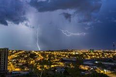 Stürmen Sie mit Bolzen in der Stadt Ribeirao Preto, Sao Paulo - Brasilien - Bolzen Lizenzfreie Stockfotos