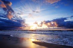 Stürmische baltische Küste, Sonnenuntergang, Kolobrzeg, Polen lizenzfreies stockbild