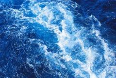 Stürmische blaue Seewelle Stockfoto