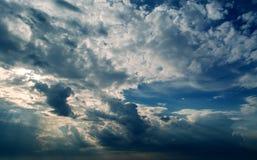 Stürmische dunkle Wolken und weiße Wolken im bewölkten Himmel Stockbilder