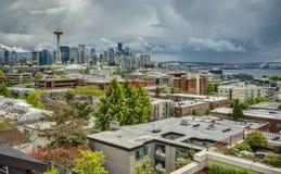 Stürmische Frühlings-Himmel über im Stadtzentrum gelegenen Seattle-Skylinen Stockbild