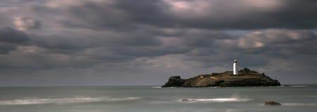 Stürmische Himmel über Godrevy-Leuchtturm auf Godrevy-Insel in St. Ives Bay mit dem Strand und Felsen im Vordergrund, Cornwall Gr stockfotos