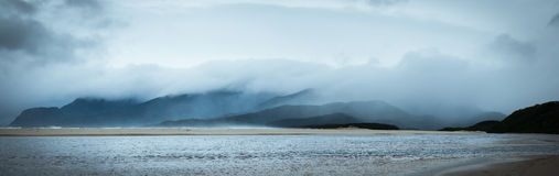 Stürmische Küste lizenzfreies stockfoto