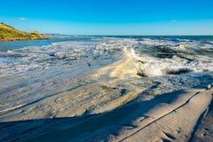 Stürmische Küste mit Wellen und weißer Klippen Treppe der Türken auf Sizilien lizenzfreies stockfoto