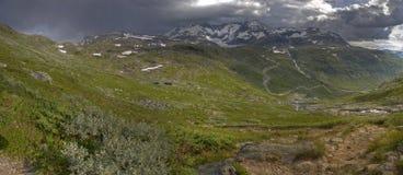 Stürmische Landschaft mit Wiese und Bergen Lizenzfreies Stockbild