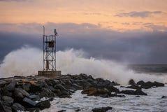 Stürmische Meere bei Sonnenuntergang Lizenzfreies Stockbild