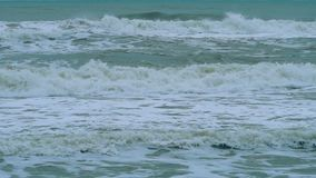 Stürmische Meereswellen bei schlechtem Wetter stock video