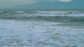 Stürmische Meereswellen bei schlechtem Wetter stock footage